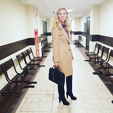 одинокая женщина адвокат